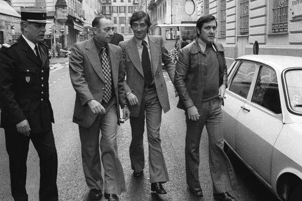 Albert Spaggiari (3è à droite), entouré de policiers et de son avocat Maître Peyrat, arrive le 30 octobre 1976 à la Société Générale de Nice,