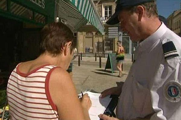 Un policier fait un sondage dans une rue d'Alençon