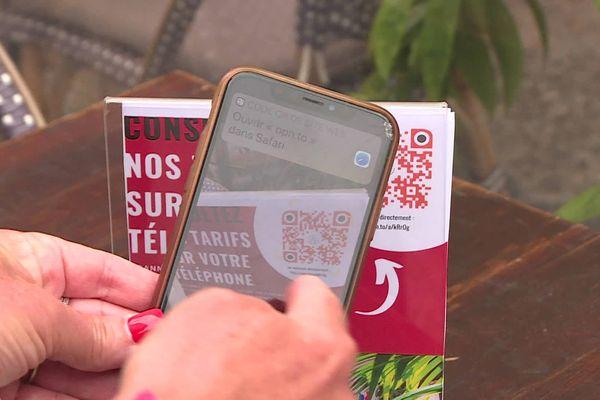 Il suffit de scanner un QR code avec son téléphone pour que la carte du restaurant y apparaisse.