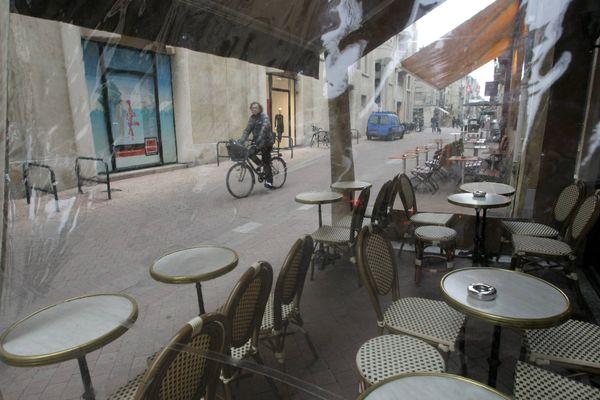 Une terrasse vide à Bordeaux (image illustration)