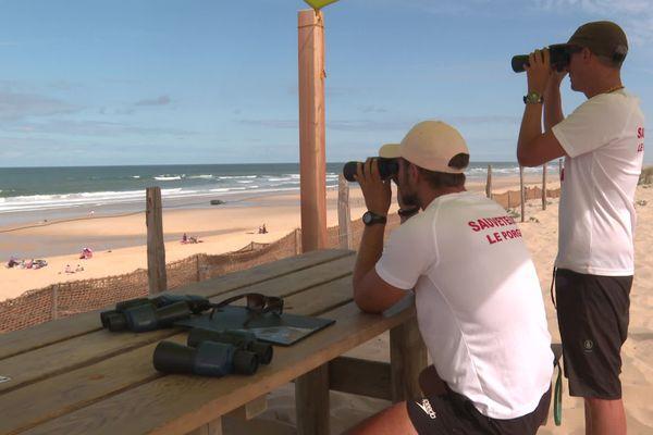 Les secouristes sont aux aguets de 11h à 19h chaque été sur les nombreuses plages océanes surveillées de la côte atlantique