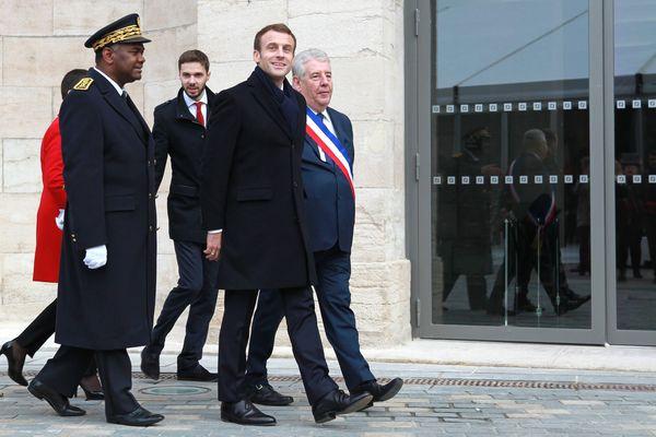 Emmanuel Macron lors de son arrivée sur la place de la Révolution.