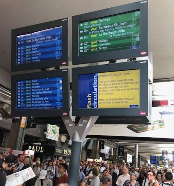 Des centaines de passagers attendent en gare de Montparnasse