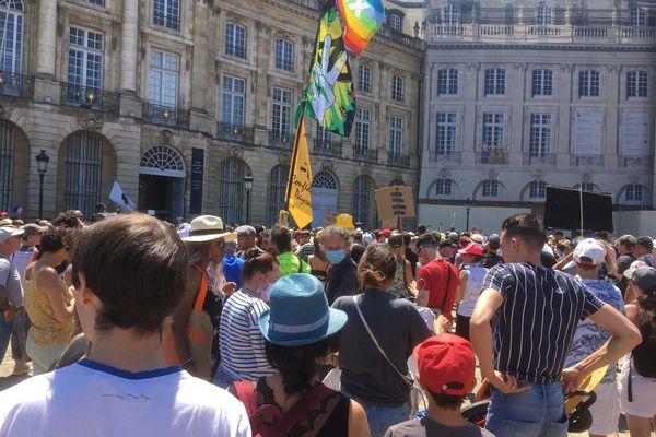 Plusieurs milliers de manifestants ont défilé dans les rues de Bordeaux ce samedi 17 juillet pour dénoncer la généralisation du pass sanitaire et l'obligation vaccinale.