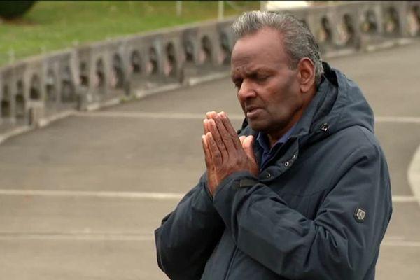 Un Chrétien de la diaspora du Sri Lanka venu prier à Lourdes