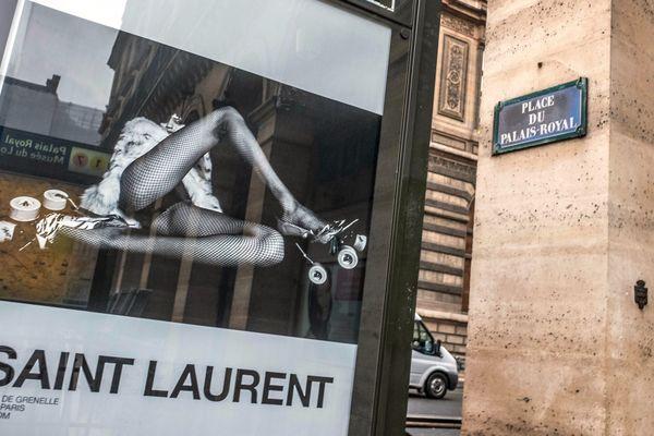 """La maison Yves Saint Laurent avait retiré ses affiches """"dégradantes"""" pour les femmes en mars dernier suite à des plaintes."""