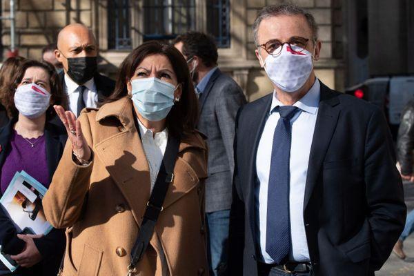 La maire de Paris Anne Hidalgo (PS) et le maire de Bordeaux Pierre Hurmic (EELV), à l'occasion du 93e bureau de l'Association internationale des maires francophones (AIMF), le 22 mars à Bordeaux.