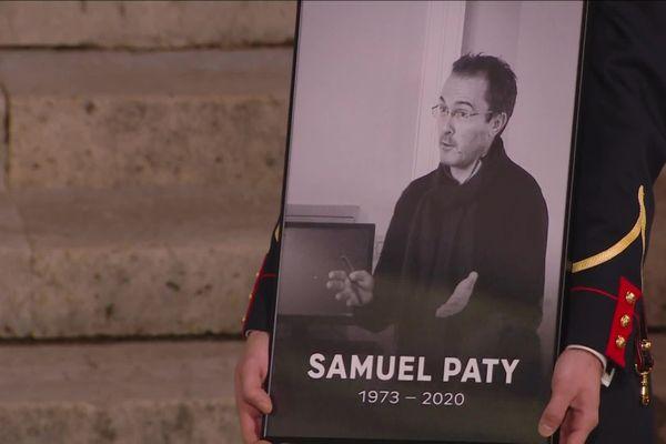 A 11 heures, le lundi 2 novembre, tous les élèves respecteront une minute de silence en hommage à Samuel Paty