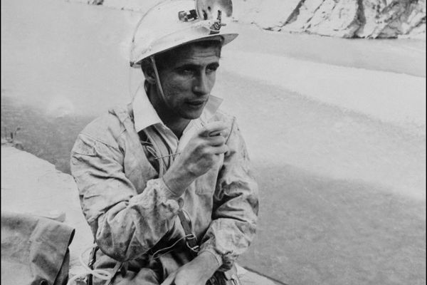 Photo datant de 1960 du spéléologue Michel Siffre sortant d'une expérience de survie souterraine.