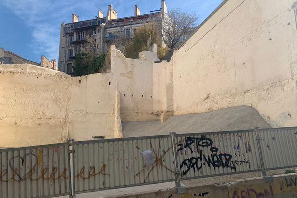 L'emplacement vide où les immeubles de la rue d'Aubagne se sont effondrés est devenu lieu de recueillement.