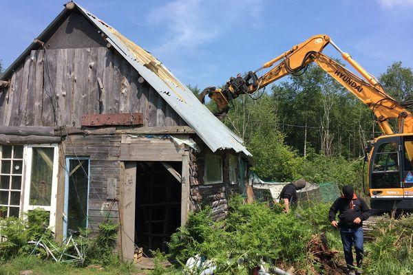 Les travaux de démolition dune cabane à la Chateigne à Notre-Dame-des-Landes, le 17 mai 2018