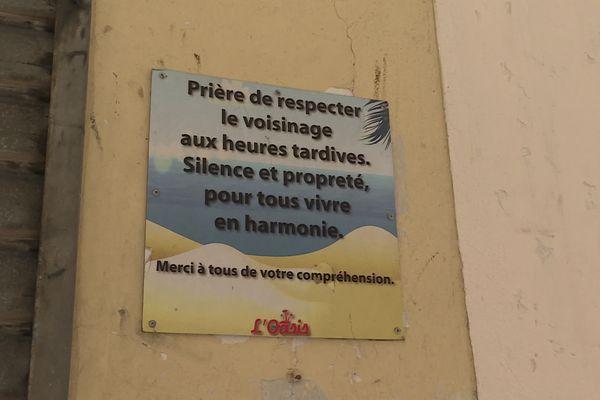 """Une pancarte installée par l'établissement """"l'Oasis"""" pour tenter de limiter les nuisances sonores."""