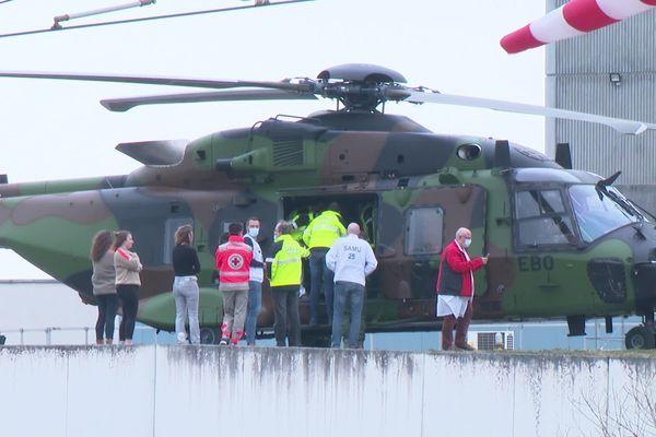 Cet hélicoptère de l'armée vient évacuer vers une autre région un malade atteint du Covid-19.