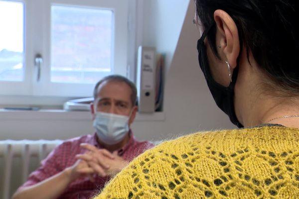 Alexandre Baguet, docteur addictologue au C.H.U de Rouen reçoit Jeanne en consultation.