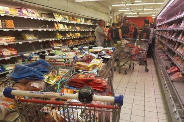 Les agriculteurs ont investi des enseignes de la grande distribution au Blanc (Indre). Où ils ont procédé à la vérification de provenance des produits.