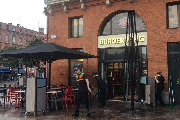 Vers 21 heures, le parasol de cette chaîne de fast-food a été incendié.