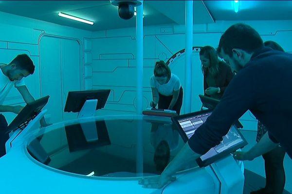 Les joueurs sont immergés dans le centre de commande d'un vaisseau spatial et doivent jouer en équipe.