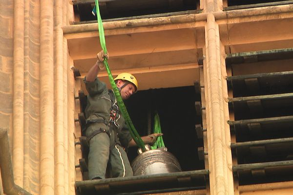 La nouvelle cloche est hissée à travers la fenêtre du beffroi le 29 juillet 2020  juste avant son installation