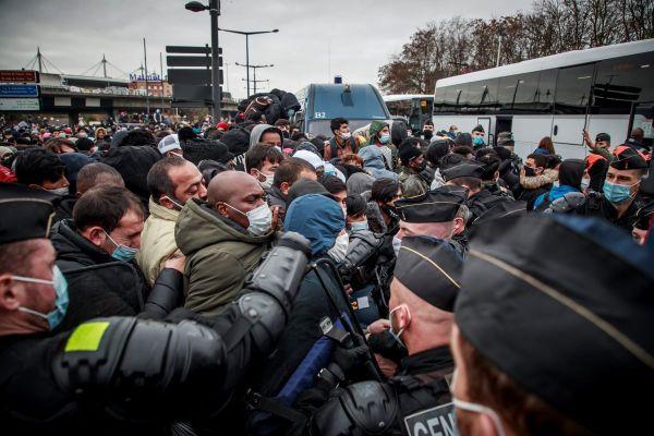 Evacuation des migrants du camps de Saint-Denis, le 17 novembre. Plus de 2000 migrants vivaient entre le canal et le Stade de France sous l'autoroute.