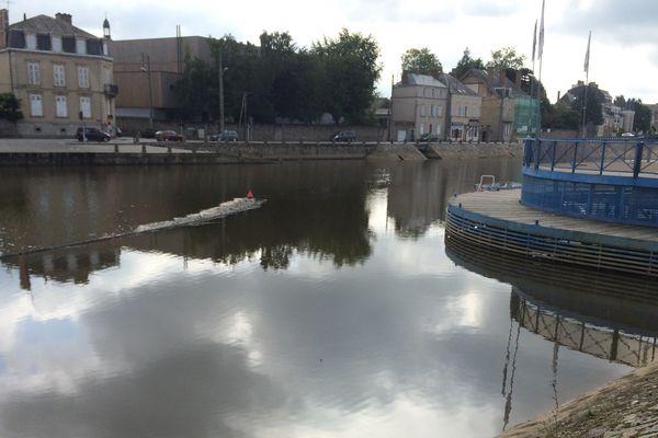 L'eau de la rivière de la Mayenne n'est pas polluée mais évidemment impropre à la consommation