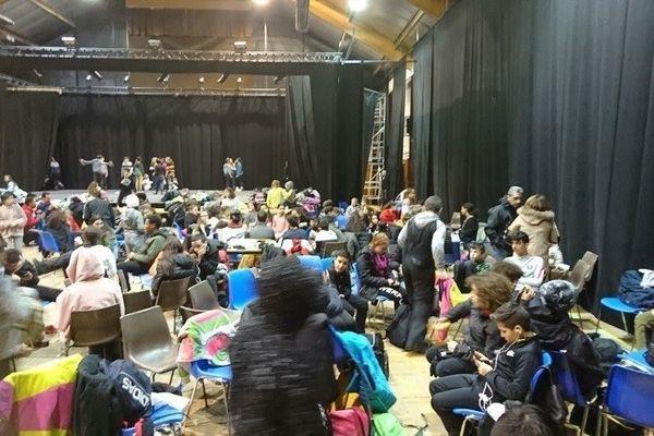 Hautes-Alpes : 150 enfants bloqués pour la nuit dans la salle polyvalente de Guillestre à cause de la neige (01/02/2019).