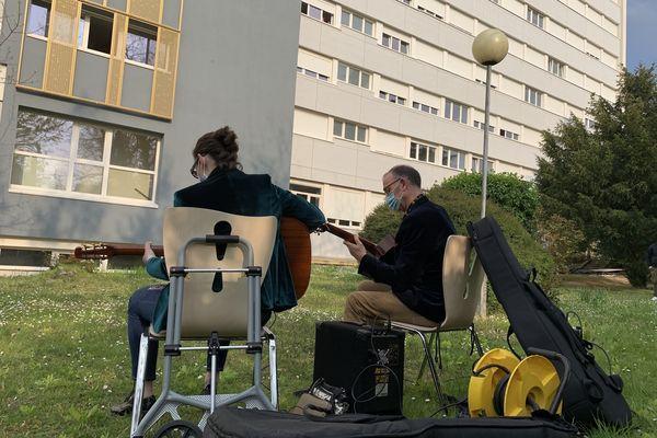 Concert de jazz manouche au pied de la résidence universitaire de Reims.