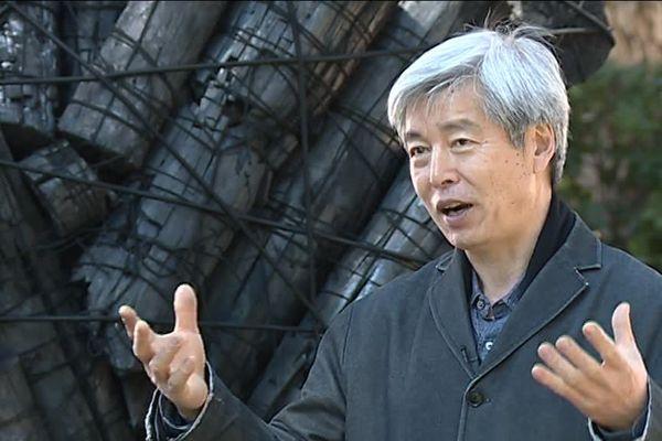 Lee Bae travaille le charbon de bois, matériau très symbolique en Corée du Sud.