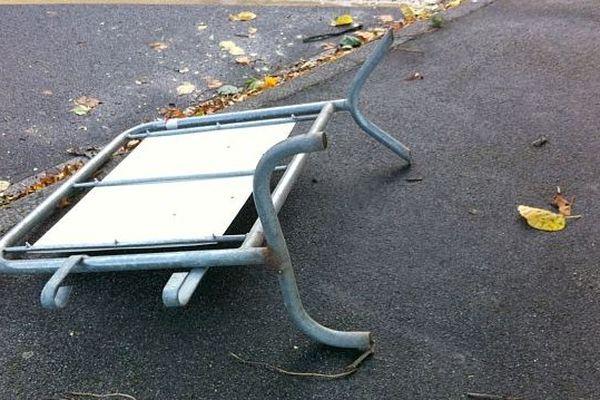 Une barrière renversée par le vent. 28 octobre 2013