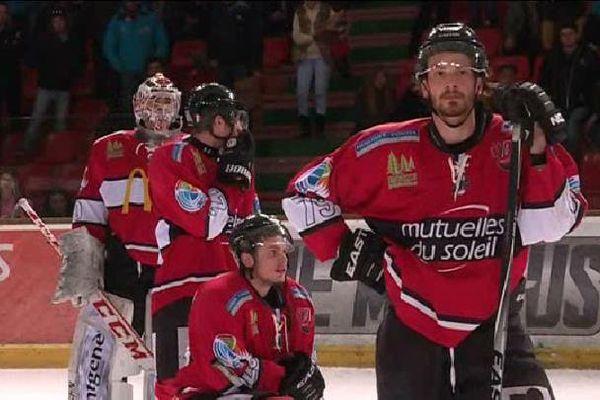 Les Diables Rouges avaient la tête des mauvais jours samedi après leur nouvelle défaite à domicile. Briançon quitte la Ligue Magnus.
