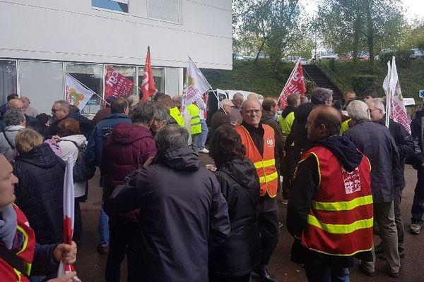 Des salariés de l'hôpital de Montceau-les-Mines ont manifesté pour la défense du service public jeudi 9 mai 2019.