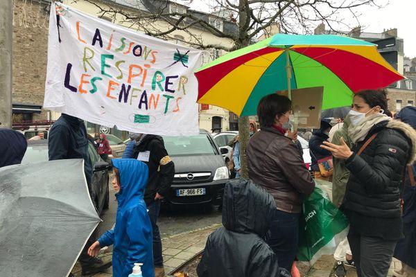 A Vannes, des parents d'élèves affichent leur opposition au port du masque à l'école, obligatoire pour les enfants de plus de 6 ans