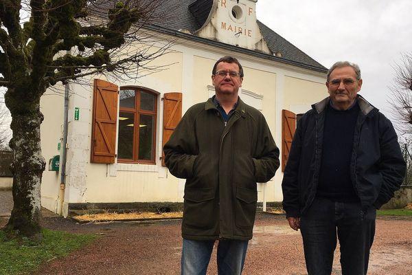 Andrew Nixey, à gauche, travaille aux côtés du maire de Saint-Martial-sur-Isop depuis 18 ans.