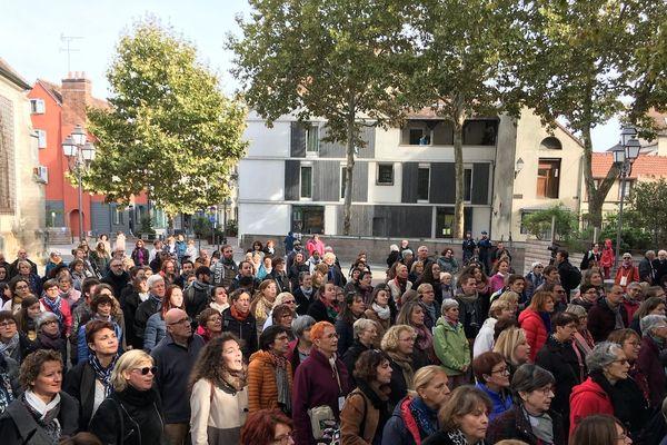 Les 900 choristes se sont retrouvés place Saint-Remy à Troyes pour interpréter des titres de Francis Cabrel, Bob Dylan et Fred Pellerin.