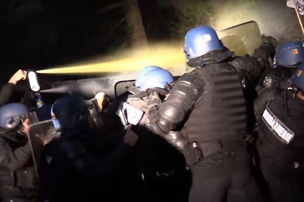 Les gendarmes, lundi soir à Kolbsheim (Bas-Rhin) face aux manifestants. Capture écran de la vidéo de la gendarmerie nationale fournie par la préfecture.