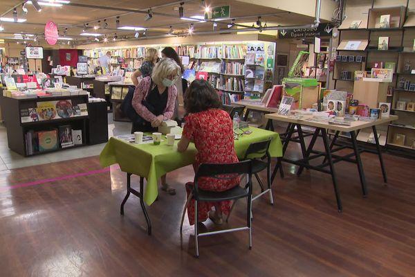 Les librairies participantes à la Comédie du livre accueillait ce samedi des auteurs en dédicace.