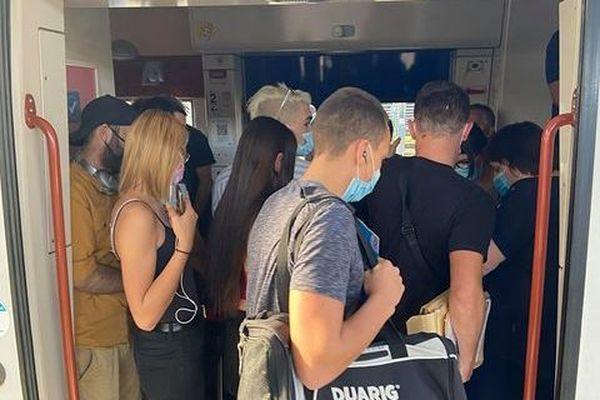 Les passagers du TER reims Sedan, dans le TER, vendredi  18 septembre.