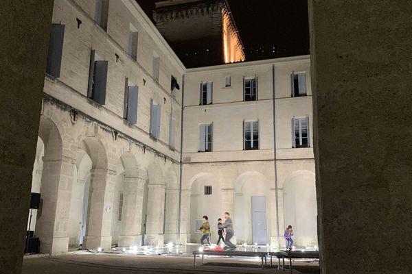 Infini est le nom de la dernière création du chorégraphe Boris Charmatz, présentée en avant-première au festival Montpellier Danse 2019, dans la cour de l'Agora