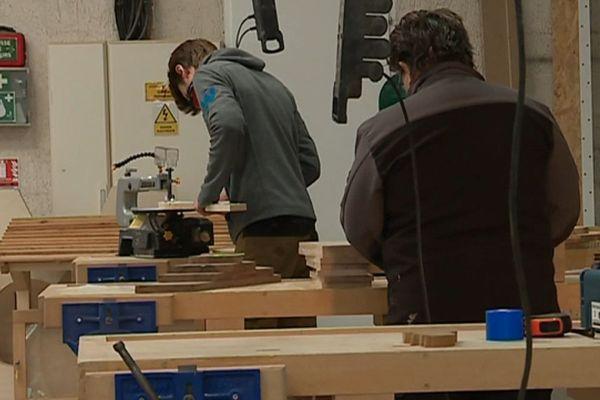 Dans cette menuiserie collaborative, les machines à disposition sont dignes d'un vrai atelier.
