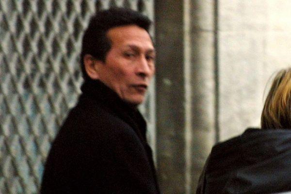 """FRANCE, Nîmes : Raymond Mihière, alias """"le Chinois"""", sort du tribunal de Nîmes, le 19 janvier 2001, après sa condamnation à six ans de prison par la cour d'appel pour """"association de malfaiteurs"""". Raymond Mihière, considéré comme un caïd du milieu marseillais spécialisé dans les machines à sous, a également été condamné à 150.000 francs et cinq ans d'interdiction de séjour dans sept départements du sud de la France."""