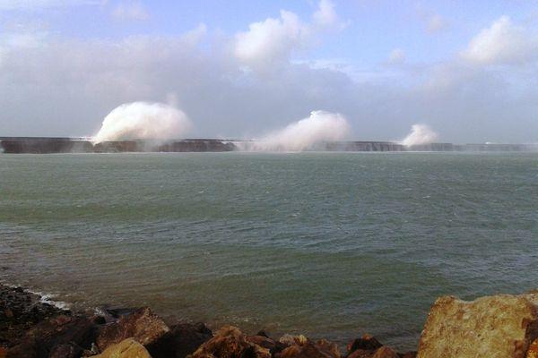 Les vagues se fracassaient déjà contre les falaises de la Côte d'Opale, dimanche matin.