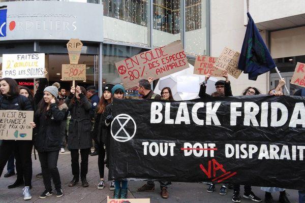 """A Poitiers, une trentaine de militants protestent contre le """"Black Friday"""" - 29 novembre 2019"""