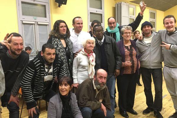Christophe Hay avec des bénévoles et des bénéficiaires des Restos du Coeur 41
