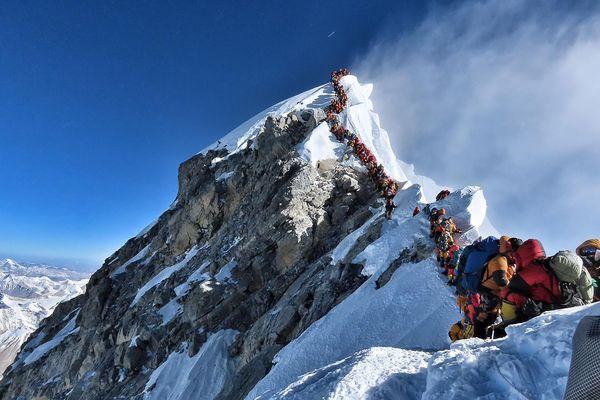 """Photo prise le 22 mai 2019, publiée par l'alpiniste du projet """"Possible Possible"""" de Nirmal Purja, montre le trafic intense d'alpinistes faisant la queue au sommet du mont Everest."""