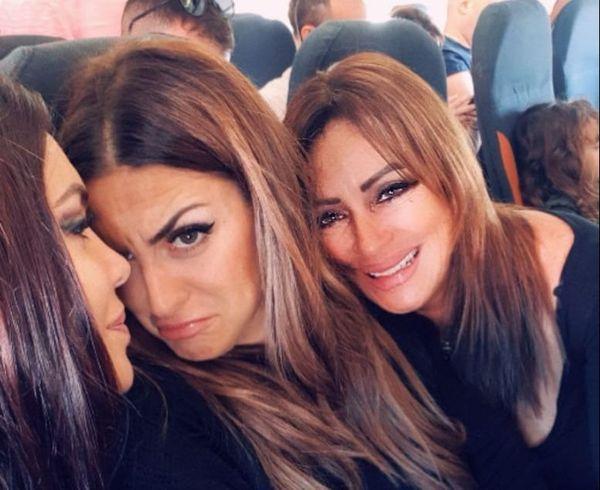 Yami et ses deux filles.