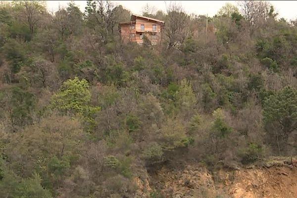 Les habitants de deux hameaux peuvent joindre la village par un chemin de grande randonnée.
