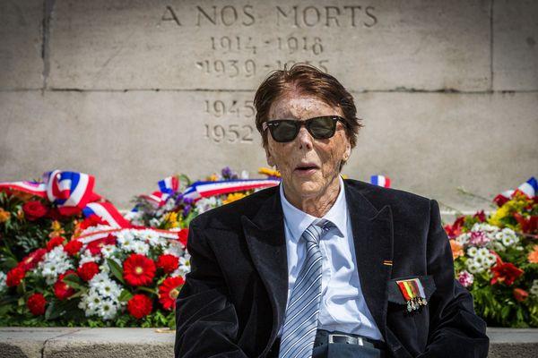 Jean-Jacques Bastian devant le monument aux morts de Strasbourg, le 8 mai 2015.