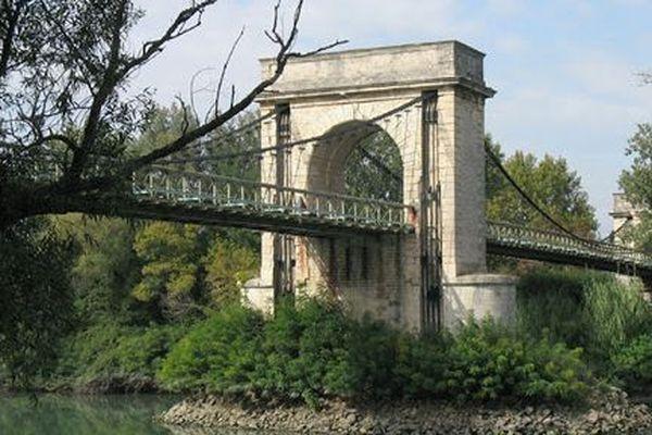 Le pont de Fourques (Gard) - archives.