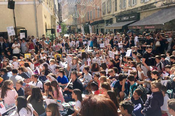 Les collégiens et lycéens en grève pour le climat, réunis sur le parvis de Saint Roch à Bastia