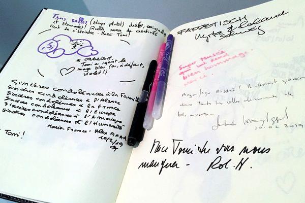 """""""Tomi a rejoint le nuage bleu"""", entre autres petits mots adressés à Tomi Ungerer sur le livre d'or du musée."""