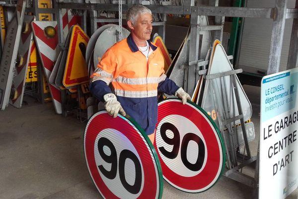 Les panneaux 90 km/h ont été conservés par les services de la route du Département d'Indre-et-Loire